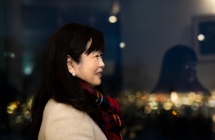 もいわ山山頂展望台 眺望スペースから夜景を眺める平田さん